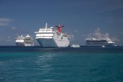 Luxusschiffe bei Kaimaninseln
