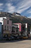 Strasse und Berge in Skagway, Alaska