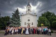 Hochzeitsgruppenfoto bei der Kirche